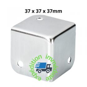 Coin carré en acier galvanisé avec 3 pattes de dimensions 37 par 37 par 37mm