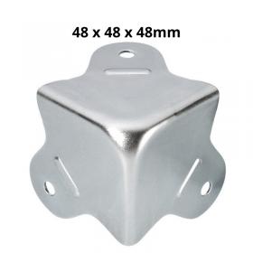 Coin carré petit format en acier galvanisé avec 3 pattes, de dimensions 48 par 48 par 48mm